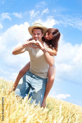 verliebtes paar im feld