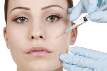 Frau bekommt Spritze gegen Falten - Botox