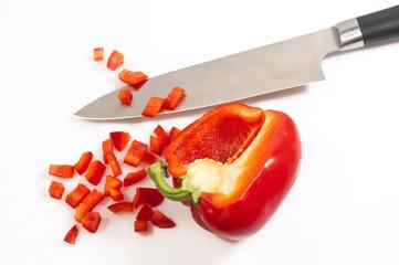 Messer mit Paprika auf weiss