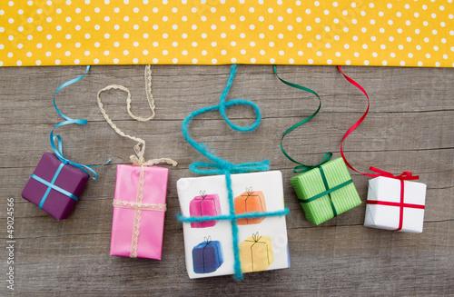 Bunte Geschenke als Verpackungsidee zum Geburtstag