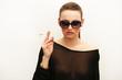 Modell mit Sonnenbrille und Zigarette