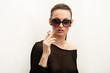 Model mit Sonnenbrille und Zigarett