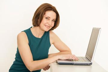 erfahrene Frau am Laptop