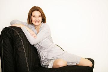 Frau sitzt auf der Couch