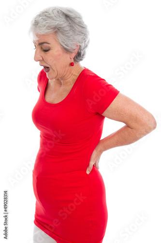 Ältere Frau hat Rückenschmerzen - isoliert - rote Kleidung