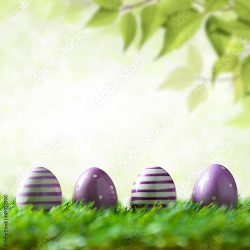 4 Ostereier vor Frühlingshintergrund