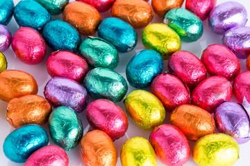bunte Ostereier aus Schokolade auf weissem Hintergrund