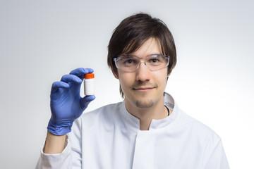 Ein Wissenschaftler präsentiert Medikamente