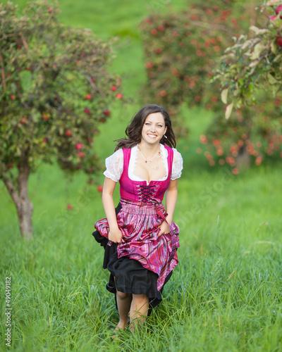 Frau zwischen Apfelbäumen