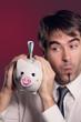 Mann füttert sein Sparschwein