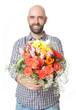 Mann übergibt Blumenstrauß