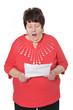Seniorin liest erschrocken einen Brief