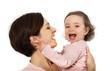 Eine Mutter liebkost ihre Tochter