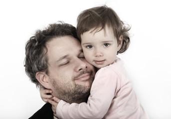 Ein Vater liebkost seine Tochter