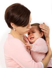 Eine Mutter tröstet ihre Tochter