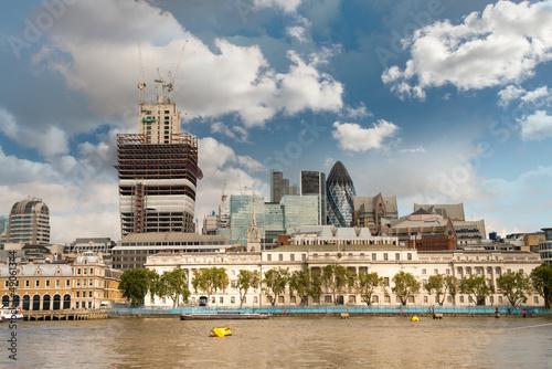 centrum-finansowe-miasta-londynu-z-tamiza-w