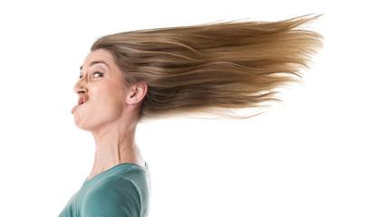 Frau schneidet Grimasse - Haare isoliert