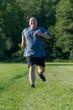 Übergewichtiger Mann macht Sport