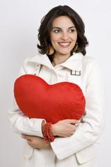 Frau mit rotem Herz