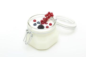 yogurt bianco con frutta fresca su tavolo