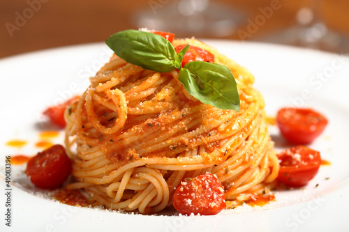 pasta italiana spaghetti al pomodoro - 49083396