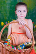 verträumtes Mädchen zu Ostern
