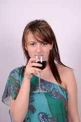 junge frau trinkt rotwein