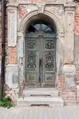 Eingangstür von leer stehendem Altbau