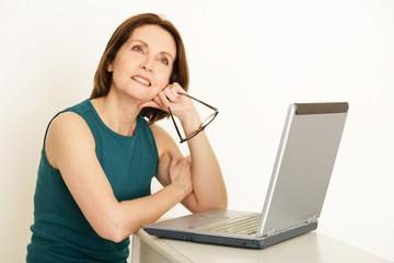 ältere Frau am Laptop