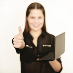 gut gelauntes Mädchen mit Laptop