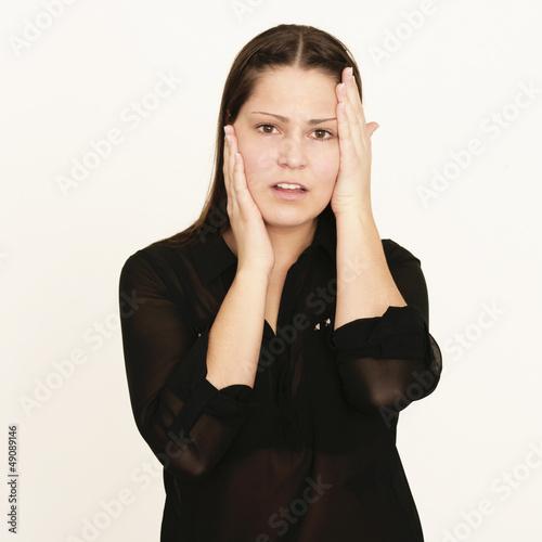verzweifelte Frau mit Kopfschmerzen