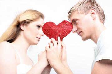 Junges Paar mit Herz