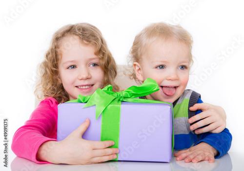 kinder mit geschenk