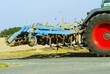 Landmaschine am Straßenrand