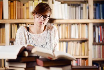 nachdenkliche Frau im Bücherwahn