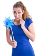 Kesses Mädchen in Blau isoliert mit Windrad