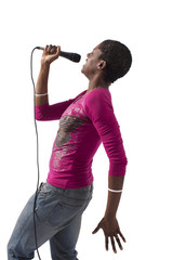 Donna nera sul palco che canta