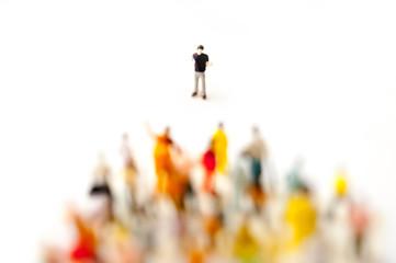 群集を説得する男性