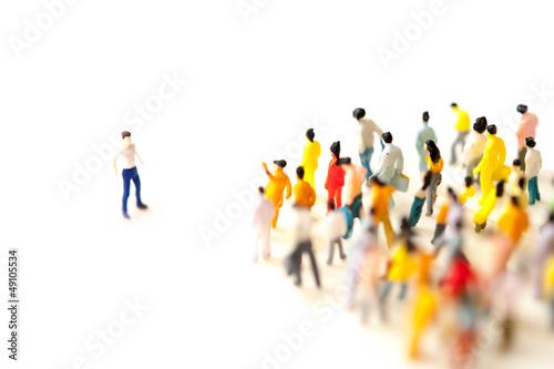 群集に立ち向かう男性