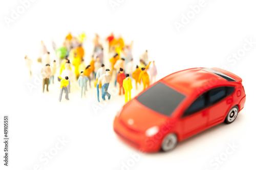 群集と赤い車
