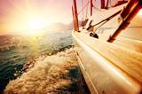 Jachty Żeglarstwo przed zachodem słońca. Żaglówka. Żeglarstwo. Żeglarstwo
