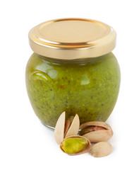 Pesto di pistacchi su sfondo bianco_II