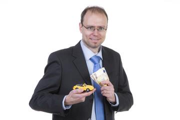 Mann mit Geldscheinen und Sportwagen