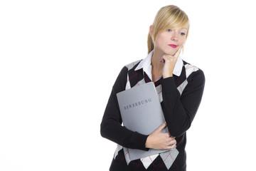 Nachdenkliche Frau mit Bewerbungsmappe
