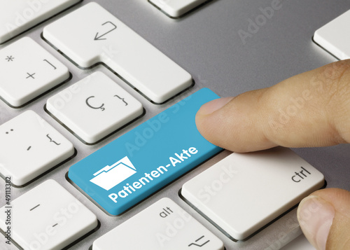Leinwandbild Motiv Patientenakte Tastatur Finger
