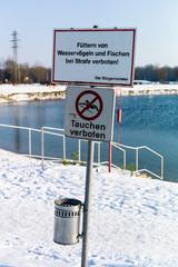 Verbotsschild am See