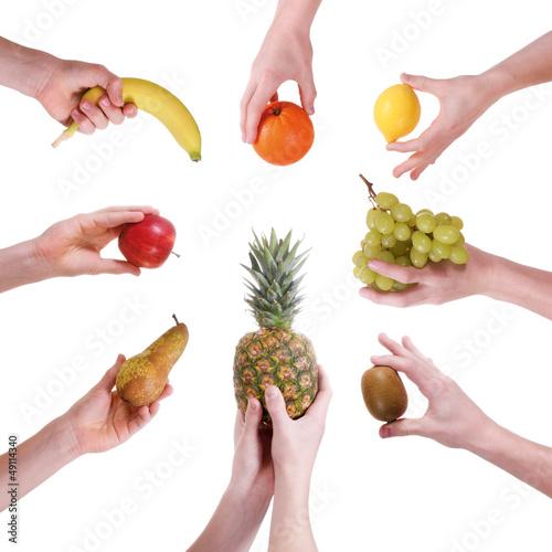 Viele Hände präsentieren frisches Obst