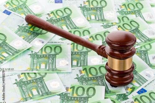 Richterhammer und Eurogeldscheine
