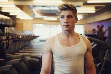 Homme caucasien dans une salle de fitness