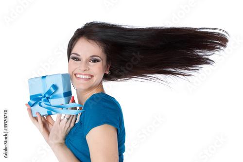 Frau mit Geburtstagsgeschenk in der Hand in Blau